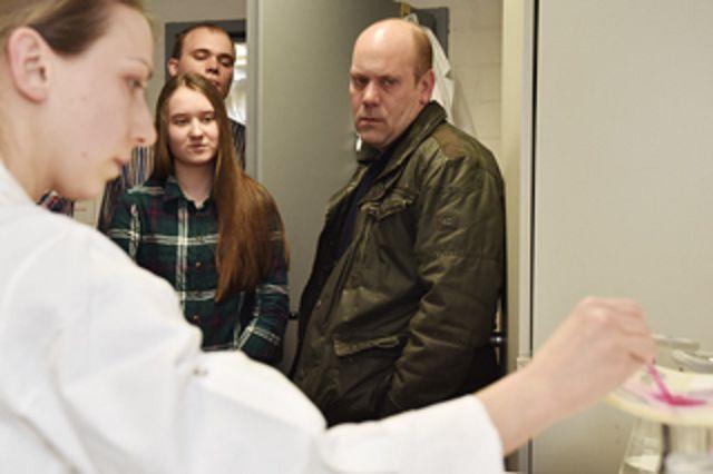 Im IKT-Labor: Merit erfährt etwas über die Prüfungen an Schlauchlinern.