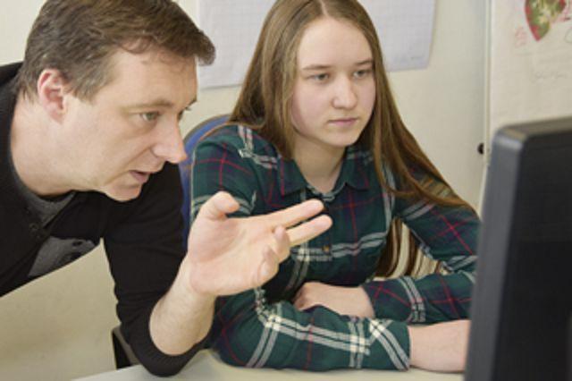 In der IT-Abteilung: Merit Schlüter (15) programmiert zusammen mit Vladislav Koutsenok eine Internetseite.